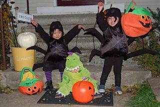 Hallow-3 kids,poses